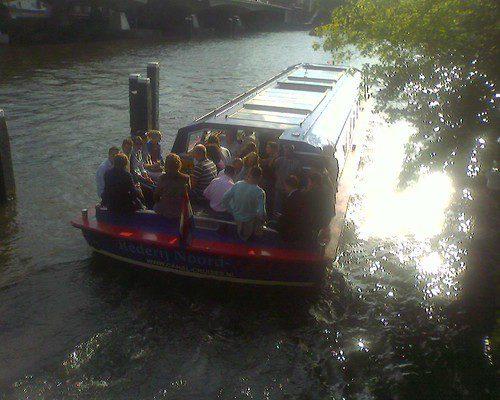 Varen in Amsterdam. Puur Amsterdam snapt wat een tocht compleet maakt... een hapje , een drankje... een leuke schipper en de zon op het water!
