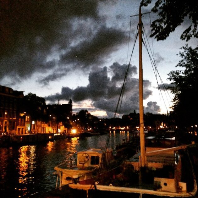 Amsterdam de stille stad. Maak nu een wandeling. De stad is nu van jou! Tot laat!