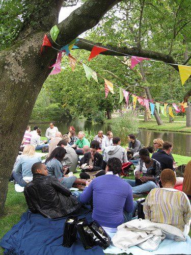 De zon schijnt: tijd voor picknicken in de Amsterdamse parken!